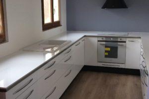 une cuisine équipée bois